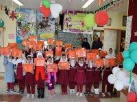 توزیع لوازم التحریر بین دانش آموزان دبستان برکت