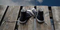 خرید کفش برای کودکان مناطق محروم نیشابور توسط یک طلبه بسیجی